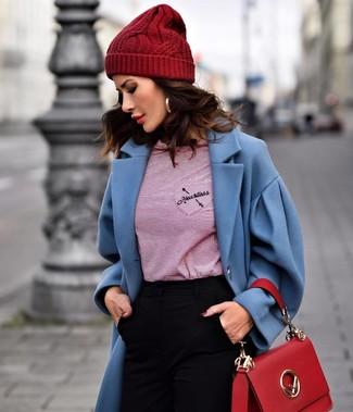 Wie kombinieren: blauer Mantel, rotes horizontal gestreiftes Langarmshirt, schwarze enge Hose, rote Satchel-Tasche aus Leder