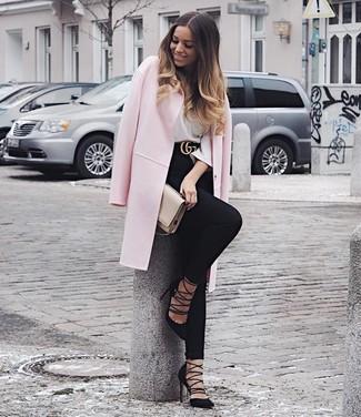 Rosa Mantel kombinieren – 153 Damen Outfits: Mit dieser Kombination aus einem rosa Mantel und schwarzen engen Jeans sind stilbewusste Frauen perfekt angezogen. Schwarze Wildleder Pumps sind eine kluge Wahl, um dieses Outfit zu vervollständigen.