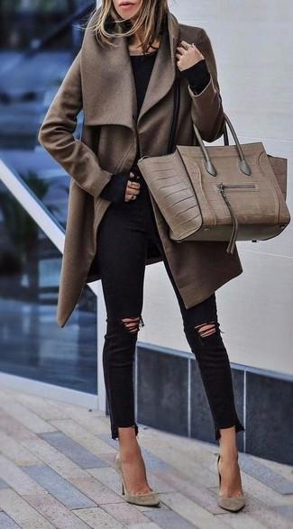 Wie kombinieren: brauner Mantel, schwarzes Langarmshirt, schwarze enge Jeans mit Destroyed-Effekten, hellbeige Wildleder Pumps