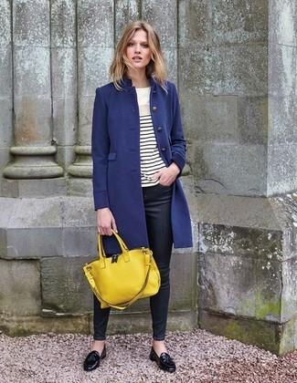 Wie kombinieren: dunkelblauer Mantel, weißes und schwarzes horizontal gestreiftes Langarmshirt, schwarze enge Jeans, schwarze Leder Slipper mit Quasten