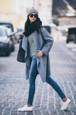 Wie kombinieren: grauer Mantel, schwarzes und weißes horizontal gestreiftes Langarmshirt, blaue enge Jeans, weiße niedrige Sneakers