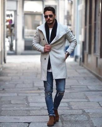 Wie kombinieren: grauer Mantel, weißes Langarmshirt, blaue enge Jeans mit Destroyed-Effekten, braune Chelsea-Stiefel aus Wildleder