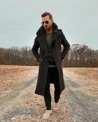 Wie kombinieren: dunkelbrauner Mantel, dunkelgraues Langarmshirt, schwarze enge Jeans, hellbeige Chelsea-Stiefel aus Wildleder
