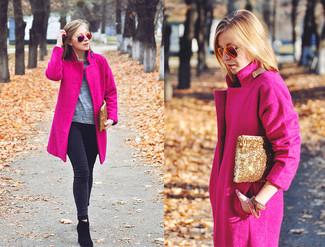Rosa Mantel kombinieren – 153 Damen Outfits: Tragen Sie einen rosa Mantel zu dunkelgrauen engen Jeans, um ein müheloses, lockeres Outfit zu schaffen. Schwarze Wildleder Stiefeletten sind eine kluge Wahl, um dieses Outfit zu vervollständigen.