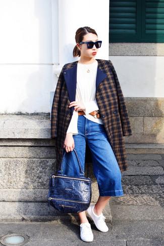 Dunkelblauen Hosenrock aus Jeans kombinieren – 24 Damen Outfits: Um einen legeren Look zu erzielen, brauchen Sie nur einen dunkelblauen Mantel mit Schottenmuster und einen dunkelblauen Hosenrock aus Jeans. Bringen Sie die Dinge durcheinander, indem Sie weißen niedrige Sneakers mit diesem Outfit tragen.