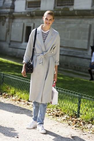 Wie kombinieren: grauer Mantel, weißes und dunkelblaues horizontal gestreiftes Langarmshirt, hellblaue Jeans, weiße Leder niedrige Sneakers