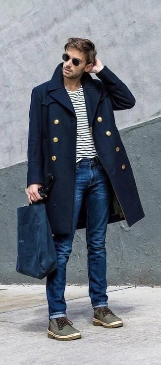 Wie kombinieren: dunkelblauer Mantel, weißes und schwarzes horizontal gestreiftes Langarmshirt, blaue Jeans, olivgrüne Chukka-Stiefel aus Segeltuch