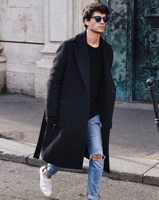 Hellblaue Jeans mit Destroyed-Effekten kombinieren: trends 2020: Entscheiden Sie sich für einen schwarzen Mantel und hellblauen Jeans mit Destroyed-Effekten für einen bequemen Alltags-Look. Vervollständigen Sie Ihr Look mit weißen Segeltuch niedrigen Sneakers.