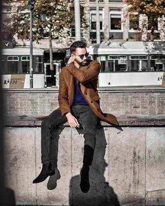 Dunkelgrüne Sonnenbrille kombinieren: trends 2020: Für ein bequemes Couch-Outfit, kombinieren Sie einen braunen Mantel mit einer dunkelgrünen Sonnenbrille. Machen Sie Ihr Outfit mit schwarzen Chelsea Boots aus Wildleder eleganter.