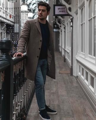 Hellblaue Jeans kombinieren – 500+ Herren Outfits: Kombinieren Sie einen braunen Mantel mit hellblauen Jeans, um einen eleganten, aber nicht zu festlichen Look zu kreieren. Fühlen Sie sich ideenreich? Ergänzen Sie Ihr Outfit mit dunkelblauen Wildleder niedrigen Sneakers.