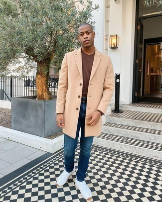 Blaue Jeans kombinieren – 500+ Herren Outfits: Tragen Sie einen camel Mantel und blauen Jeans für Ihren Bürojob. Fühlen Sie sich ideenreich? Entscheiden Sie sich für weißen Sportschuhe.