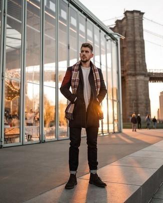 Schwarzen Mantel mit Karomuster kombinieren – 8 Herren Outfits: Kombinieren Sie einen schwarzen Mantel mit Karomuster mit schwarzen Jeans für Drinks nach der Arbeit. Dunkelbraune Chukka-Stiefel aus Wildleder sind eine großartige Wahl, um dieses Outfit zu vervollständigen.