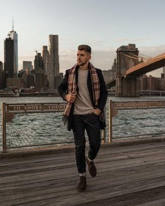 Schwarzen Mantel mit Karomuster kombinieren – 8 Herren Outfits: Entscheiden Sie sich für einen schwarzen Mantel mit Karomuster und dunkelgrauen Jeans für Drinks nach der Arbeit. Dunkelbraune Chukka-Stiefel aus Wildleder fügen sich nahtlos in einer Vielzahl von Outfits ein.