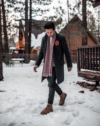 Handschuhe kombinieren – 500+ Herren Outfits: Ein dunkelgrauer Mantel und Handschuhe vermitteln eine sorglose und entspannte Atmosphäre. Fühlen Sie sich mutig? Ergänzen Sie Ihr Outfit mit einer braunen Lederfreizeitstiefeln.