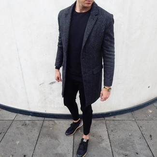 Wie kombinieren: dunkelgrauer Mantel, schwarzes Langarmshirt, schwarze Jogginghose, schwarze niedrige Sneakers