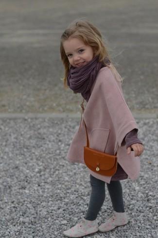 Wie kombinieren: rosa Mantel, dunkellila Langarmshirt, graue Leggings, graue Chukka-Stiefel