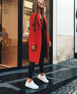 Wie kombinieren: roter Mantel, schwarzes Langarmshirt, schwarze Lederleggings, weiße Leder niedrige Sneakers