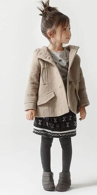 Wie kombinieren: hellbeige Mantel, graues Langarmshirt, schwarzer Rock, graue Stiefel
