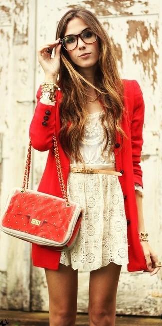 Wie kombinieren: roter Mantel, hellbeige Spitze Langarmshirt, hellbeige Skaterrock aus Spitze, rote gesteppte Leder Umhängetasche