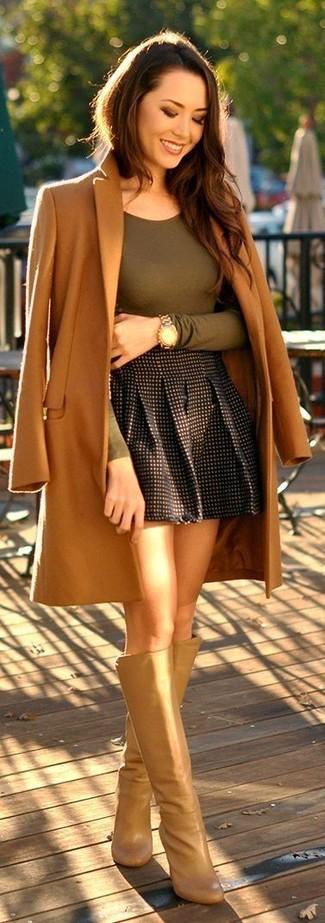 Wie kombinieren: beige Mantel, olivgrünes Langarmshirt, schwarzer Skaterrock mit Karomuster, beige kniehohe Stiefel aus Leder