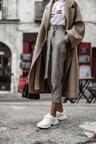 Wie kombinieren: beige Mantel, beige lange Strickjacke, weißes bedrucktes T-Shirt mit einem Rundhalsausschnitt, graue Karottenhose mit Karomuster