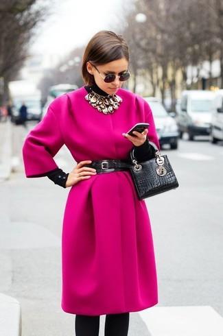 Rosa Mantel kombinieren – 153 Damen Outfits: Sie möchten den modischen Casual-Look perfektionieren? Erwägen Sie das Tragen von einem rosa Mantel und schwarzen Leggings.