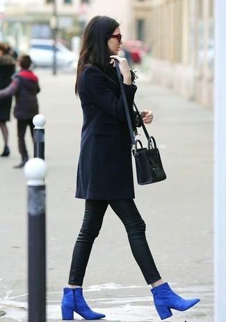 Entscheiden Sie sich für einen dunkelblauen Mantel und schwarzen Lederleggings und Sie werden wie ein richtiges Babe aussehen. Heben Sie dieses Ensemble mit blauen Wildleder Stiefeletten hervor.