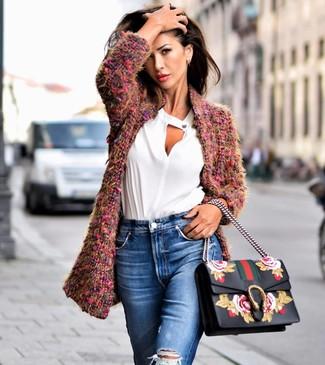 Wie kombinieren: lila Mantel aus Bouclé, weiße Langarmbluse, blaue Jeans mit Destroyed-Effekten, schwarze Satchel-Tasche aus Leder mit Blumenmuster