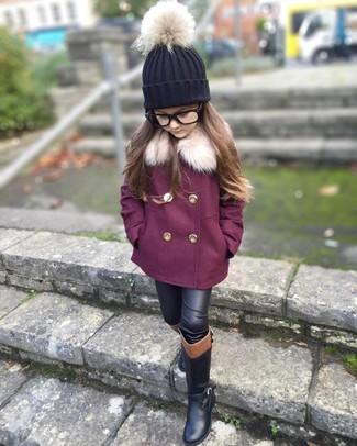 Wie kombinieren: lila Mantel, schwarze Lederleggings, schwarze Stiefel, schwarze Mütze