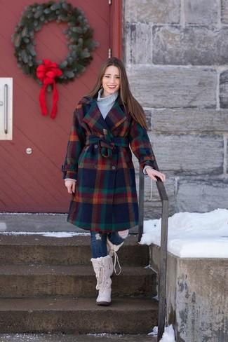 Wie kombinieren: mehrfarbiger Mantel mit Karomuster, grauer Strick Rollkragenpullover, dunkelblaue enge Jeans mit Destroyed-Effekten, hellbeige Winterschuhe