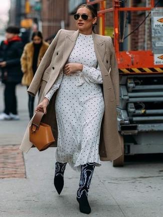 Wie kombinieren: hellbeige Mantel mit Hahnentritt-Muster, weißes und schwarzes gepunktetes Midikleid, schwarze und weiße bestickte Cowboystiefel aus Wildleder, rotbraune Lederhandtasche