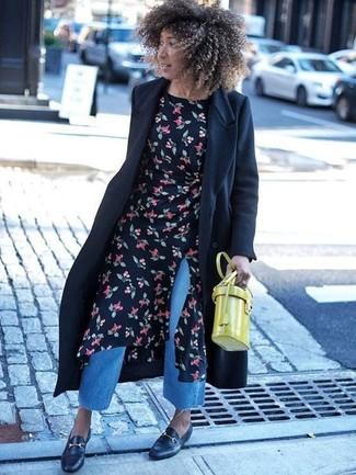 Dunkelblauen Hosenrock aus Jeans kombinieren – 11 Damen Outfits warm Wetter: Paaren Sie einen schwarzen Mantel mit einem dunkelblauen Hosenrock aus Jeans, umein modernes, entspanntes Outfit zu erzielen, der in der Garderobe der Frau nicht fehlen darf. Putzen Sie Ihr Outfit mit schwarzen Leder Slippern.