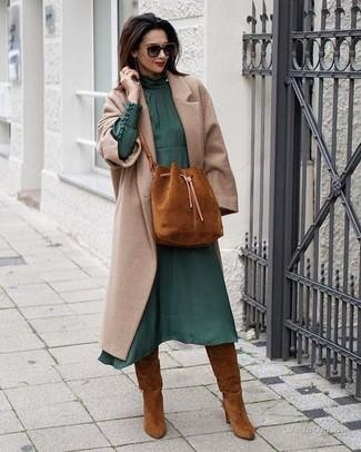 Wie kombinieren: hellbeige Mantel, dunkelgrünes Midikleid aus Chiffon, rotbraune kniehohe Stiefel aus Wildleder, rotbraune Wildleder Beuteltasche
