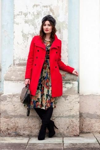 Wie kombinieren: roter Mantel, schwarzes Midikleid aus Chiffon mit Blumenmuster, schwarze Overknee Stiefel aus Wildleder, graue Satchel-Tasche aus Leder