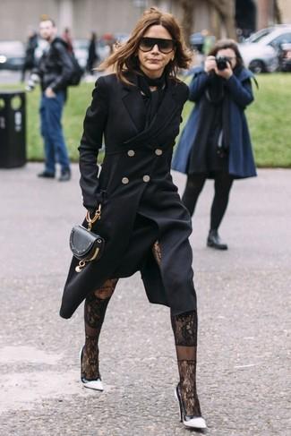 Wie kombinieren: schwarzer Mantel, schwarzes Midikleid, weiße und schwarze Leder Pumps, schwarze Leder Clutch