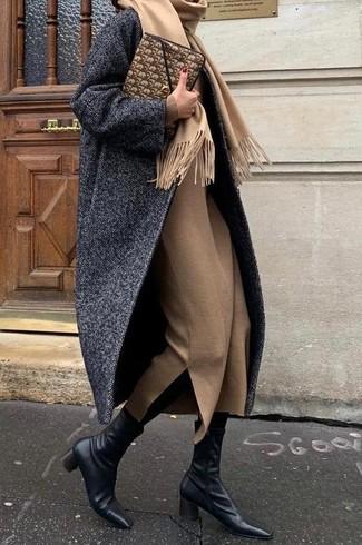 Wie kombinieren: dunkelgrauer Mantel mit Fischgrätenmuster, beige Wollmidikleid, schwarze Leder Stiefeletten, braune Leder Clutch