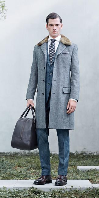 c2cd02ba9a4b Wie kombinieren  grauer Mantel mit einem Pelzkragen mit Fischgrätenmuster, blauer  vertikal gestreifter Wollanzug,