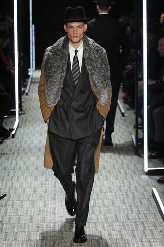 Wie kombinieren: brauner Mantel mit einem Pelzkragen, schwarzer vertikal gestreifter Anzug, weißes Businesshemd, schwarze Lederformelle stiefel