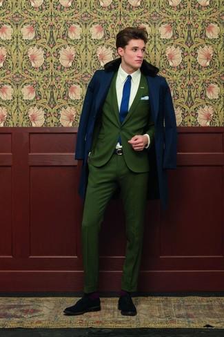 Dunkelblauen Mantel mit einem Pelzkragen kombinieren: trends 2020: Paaren Sie einen dunkelblauen Mantel mit einem Pelzkragen mit einem dunkelgrünen Anzug, um vor Klasse und Perfektion zu strotzen. Schwarze Wildleder Brogues liefern einen wunderschönen Kontrast zu dem Rest des Looks.
