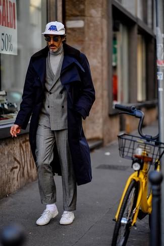 Dunkelblauen Mantel mit einem Pelzkragen kombinieren: trends 2020: Erwägen Sie das Tragen von einem dunkelblauen Mantel mit einem Pelzkragen und einem grauen Anzug mit Schottenmuster für eine klassischen und verfeinerte Silhouette. Wenn Sie nicht durch und durch formal auftreten möchten, komplettieren Sie Ihr Outfit mit weißen niedrigen Sneakers.