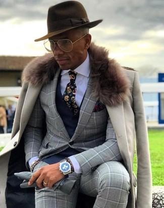 Wie kombinieren: hellbeige Mantel mit einem Pelzkragen, grauer Anzug mit Karomuster, dunkelblaue Weste, weißes Businesshemd