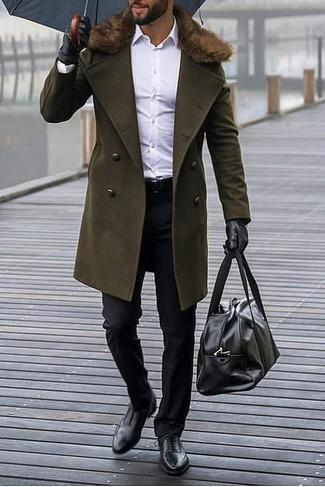 Wie kombinieren: olivgrüner Mantel mit einem Pelzkragen, weißes Businesshemd, schwarze Anzughose, schwarze Leder Oxford Schuhe