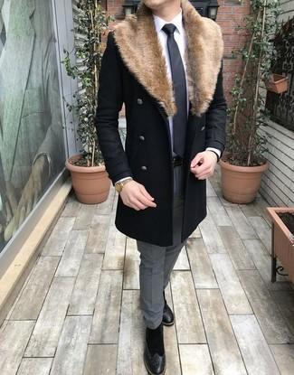 Wie kombinieren: schwarzer Mantel mit einem Pelzkragen, weißes Businesshemd, graue Anzughose, schwarze Brogue Stiefel aus Wildleder