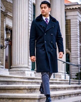 Goldene Uhr kombinieren – 998+ Herren Outfits: Kombinieren Sie einen dunkelblauen Mantel mit einem Pelzkragen mit einer goldenen Uhr für einen entspannten Wochenend-Look. Fühlen Sie sich mutig? Komplettieren Sie Ihr Outfit mit schwarzen Leder Slippern mit Quasten.