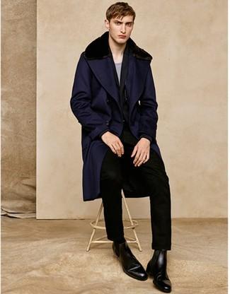 Dunkelblauen Mantel mit einem Pelzkragen kombinieren: trends 2020: Tragen Sie einen dunkelblauen Mantel mit einem Pelzkragen und einen schwarzen Anzug für eine klassischen und verfeinerte Silhouette. Machen Sie diese Aufmachung leger mit schwarzen Chelsea-Stiefeln aus Leder.