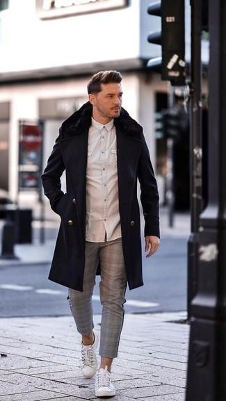 Dunkelblauen Mantel mit einem Pelzkragen kombinieren – 23 Herren Outfits: Vereinigen Sie einen dunkelblauen Mantel mit einem Pelzkragen mit einer grauen Chinohose mit Schottenmuster für einen für die Arbeit geeigneten Look. Fühlen Sie sich ideenreich? Entscheiden Sie sich für weiße Segeltuch niedrige Sneakers.