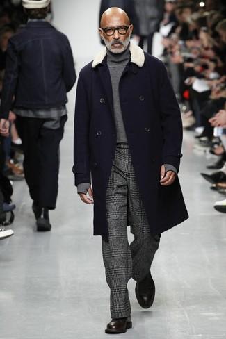 Dunkelblauen Mantel mit einem Pelzkragen kombinieren: trends 2020: Kombinieren Sie einen dunkelblauen Mantel mit einem Pelzkragen mit einer dunkelgrauen Anzughose mit Hahnentritt-Muster für einen stilvollen, eleganten Look. Dunkelbraune Lederformelle stiefel sind eine perfekte Wahl, um dieses Outfit zu vervollständigen.