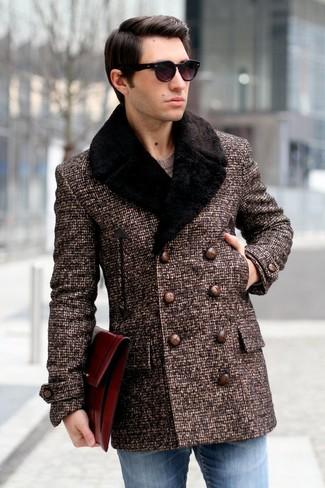 Wie kombinieren: dunkelbrauner Mantel mit einem Pelzkragen, brauner Pullover mit einem Rundhalsausschnitt, blaue Jeans, schwarze Sonnenbrille