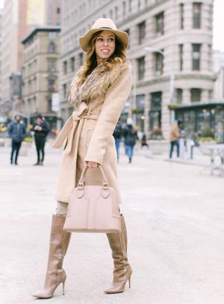 Wie kombinieren: hellbeige Mantel mit einem Pelzkragen, hellbeige enge Hose, beige kniehohe Stiefel aus Leder, hellbeige Shopper Tasche aus Leder