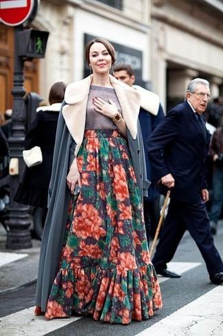 Wie kombinieren: grauer Mantel mit einem Pelzkragen, grauer Kurzarmpullover, mehrfarbiger Maxirock mit Blumenmuster, goldenes Armband